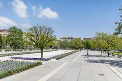 Jardín de la primavera con los tulipanes delante del palacio nacional de la cultura, Sofía, Bulgaria fotos de archivo libres de regalías