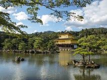Jardín de oro del templo del pabellón de Kinkakuji Imágenes de archivo libres de regalías