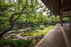 Jardín de piedra meditativo japonés hermoso fotos de archivo