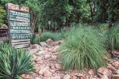 Jardín de piedras con el anuncio para un restaurante en el Efteling Imagen de archivo
