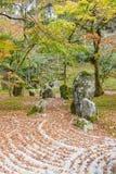 Jardín de piedras de la parte posterior del templo de Komyozenji imagen de archivo