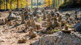 Jardín de piedras del bosque del otoño imagen de archivo libre de regalías