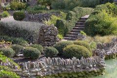 Jardín de piedras entre paisaje enorme Fotos de archivo libres de regalías