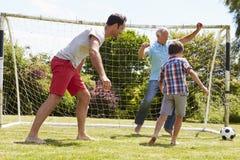 Jardín de Playing Football In del abuelo, del nieto y del padre foto de archivo libre de regalías