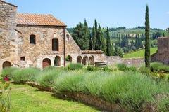 Jardín de una abadía medieval en Toscana Imagenes de archivo