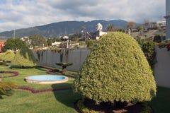 Jardín de una casa colonial anaranjada Imagen de archivo libre de regalías