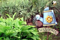 Jardín decorativo con el letrero agradable del hierro Foto de archivo