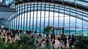 Jardín del cielo en Londres con los turistas y el horizonte de Londres, Londres, Reino Unido imagen de archivo libre de regalías