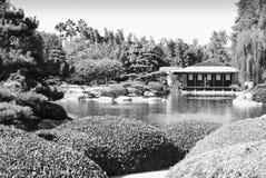 Jardín del estilo japonés con el salón de té Fotografía de archivo libre de regalías