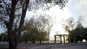 Jardín del fahd del rey con las nubes grises y blancas almacen de metraje de vídeo