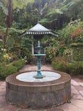 Jardín del folio de Maison con su fontain fotografía de archivo libre de regalías