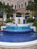Jardín del hotel con la fuente Imágenes de archivo libres de regalías