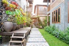 Jardín del paisaje Camino de piedra en jardín tropical fotos de archivo libres de regalías