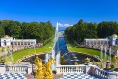 Jardín del palacio de Peterhof Imagen de archivo