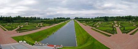 Jardín del palacio del estado de congresos en Strelna foto de archivo