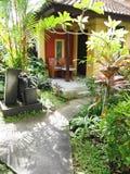Jardín del patio del centro turístico de Bali Imagen de archivo libre de regalías
