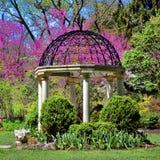 Jardín del templo del Gazebo de los jardines botánicos del parque de Sayen Fotografía de archivo libre de regalías