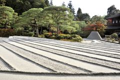 Jardín del zen con la torre de la arena Imagen de archivo