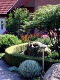 Jardín delante de la casa Imagenes de archivo