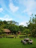 Jardín detrás de las montañas Imagenes de archivo