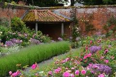Jardín emparedado en la abadía de Mottisfont, Hampshire, Inglaterra Foto de archivo libre de regalías
