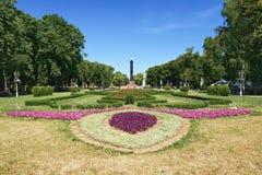 Jardín en Poltava con la columna de la gloria Fotos de archivo libres de regalías