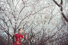 Jardín floreciente y mujer asiática Foto de archivo libre de regalías