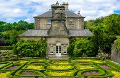 Jardín formal en la casa de Pollok en parque del país de Pollok Fotografía de archivo