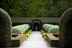 Jardín francés apretado con los arbustos podados plantados en simetría imagenes de archivo