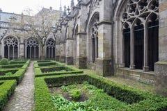 Jardín gótico del claustro Foto de archivo libre de regalías