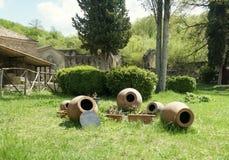 Jardín georgiano con los barriles y qvevri foto de archivo