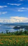 Jardín hermoso de la maravilla delante de la presa azul de Srinakarin con el cielo azul claro, provincia de Kanchanaburi, Tailand Foto de archivo