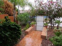 Jardín hermoso en día lluvioso Fotos de archivo