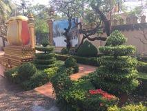 Jardín hermoso en el templo de Wat Preah Prom Rath en Siem Reap, Camboya foto de archivo