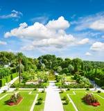 Jardín hermoso en la riviera francesa Fotos de archivo