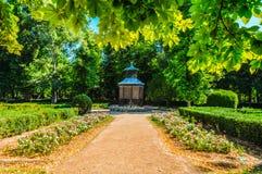 Jardín hermoso espectacular con una pajarera en el centro imagenes de archivo