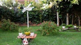 Jardín hermoso por completo de flores y de la decoración almacen de video