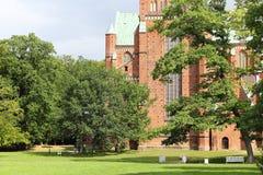 Jardín inglés y la fachada del oeste de la iglesia de monasterio de Doberan Fotografía de archivo