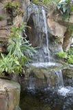 Jardín interior agradable con diseño de la cascada Fotografía de archivo