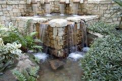 Jardín interior con diseño de la cascada Fotos de archivo