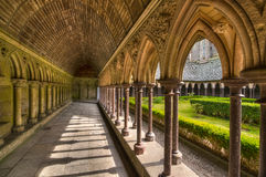 Jardín interno de la yarda rodeado por el pasillo del archade de la abadía del Saint-Michel, Francia Fotografía de archivo
