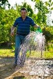 Jardín irrigado hombre Imágenes de archivo libres de regalías