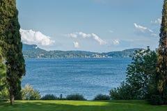 Jardín italiano con la opinión del lago Imagen de archivo libre de regalías
