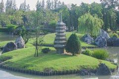 Jardín japonés con el lago foto de archivo libre de regalías
