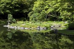 Jardín japonés con la charca y los árboles Imágenes de archivo libres de regalías
