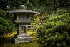 Jardín japonés con la linterna de piedra Fotografía de archivo libre de regalías