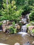 Jardín japonés de la cascada fotografía de archivo