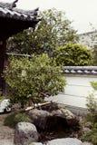 Jardín japonés tradicional en el complejo de Byodoin imagenes de archivo