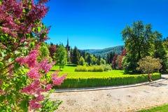 Jardín ornamental y palacio fantásticos, castillo de Peles, Sinaia, Rumania, Europa Imagen de archivo