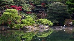 Jardín otoñal con el lago metrajes